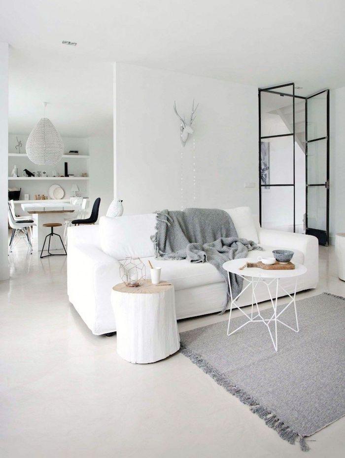 wohnzimmer skandinavisch einrichten weißes sofa grauer skandi teppich inneneinrichtung in neutralen farben runder kaffeetisch minimalistische gestaltung wohnung
