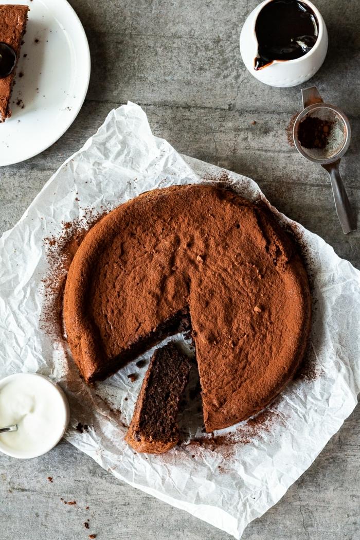 0 kuchen ohne mehl und zucker schokokuchen rezepte leckerer schokoladenkuchen garniert mit kakao kakaokuchen