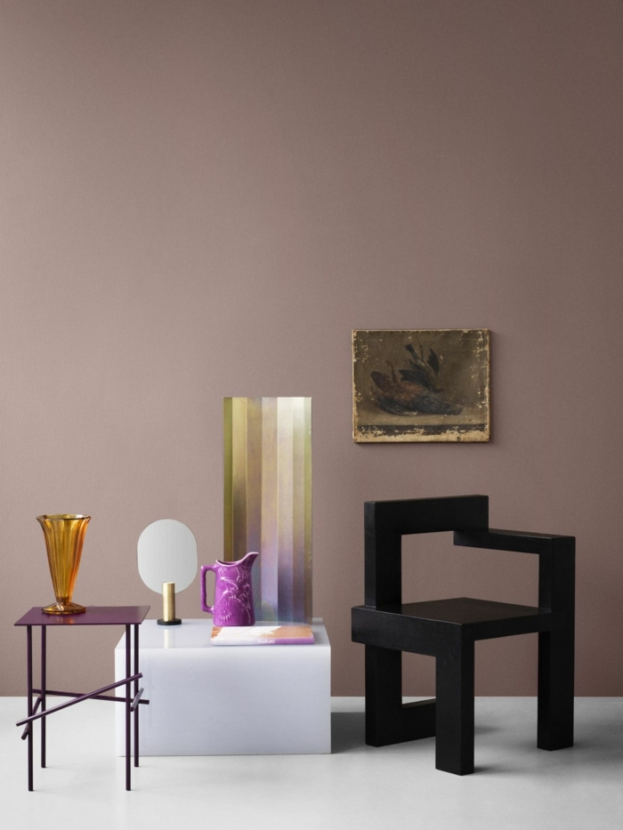 0 mauve farbe wandfarbe ideen trendige farbtöne designer möbel schwarzer stuhl weißer tisch