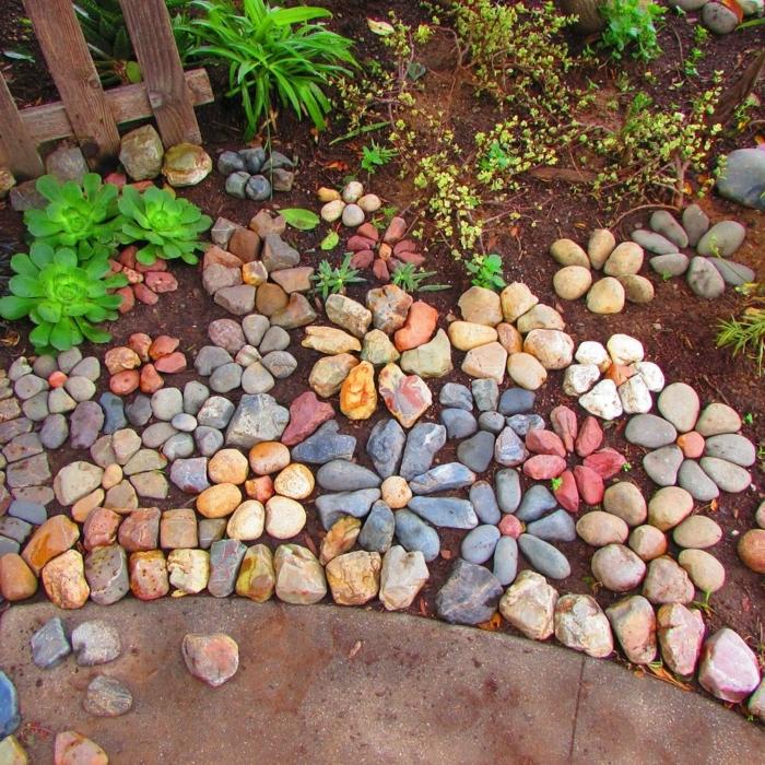 1 kleine gärten gestalten gartendeko mit steine blumen einfache und pflegeleichte gartendekoration