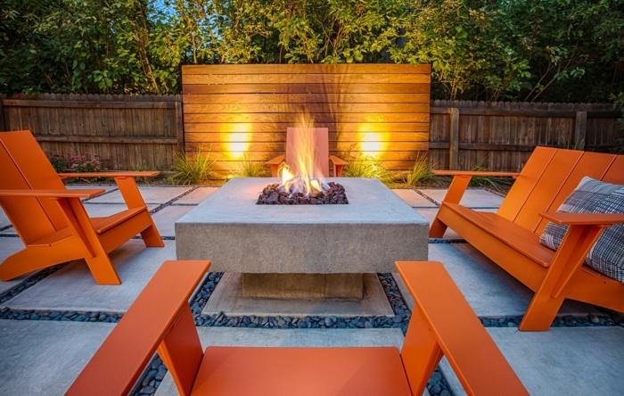 1 kleine gärten gestalten gartenmöbel auswählen feuerstelle orangenfarbene sitzmöbel in holzoptik