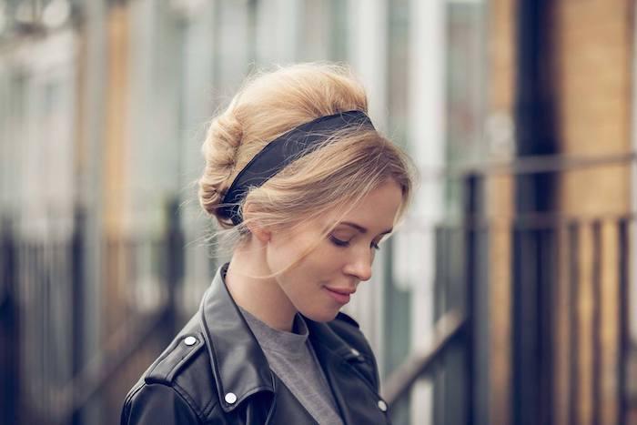 60er jahren coole frisur schulterlange haare mit pony und haarband für den alltag frau in schwarzen lederjacke und grauen t shirt