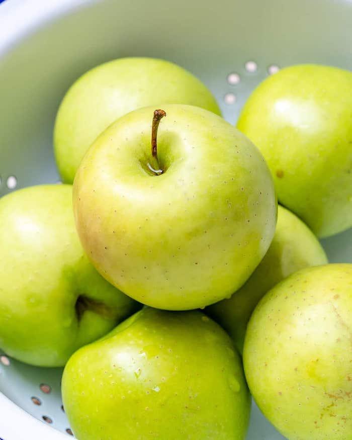 apple crumble rezept die zutaten für das englische ressert apple crumble grüne äpfel