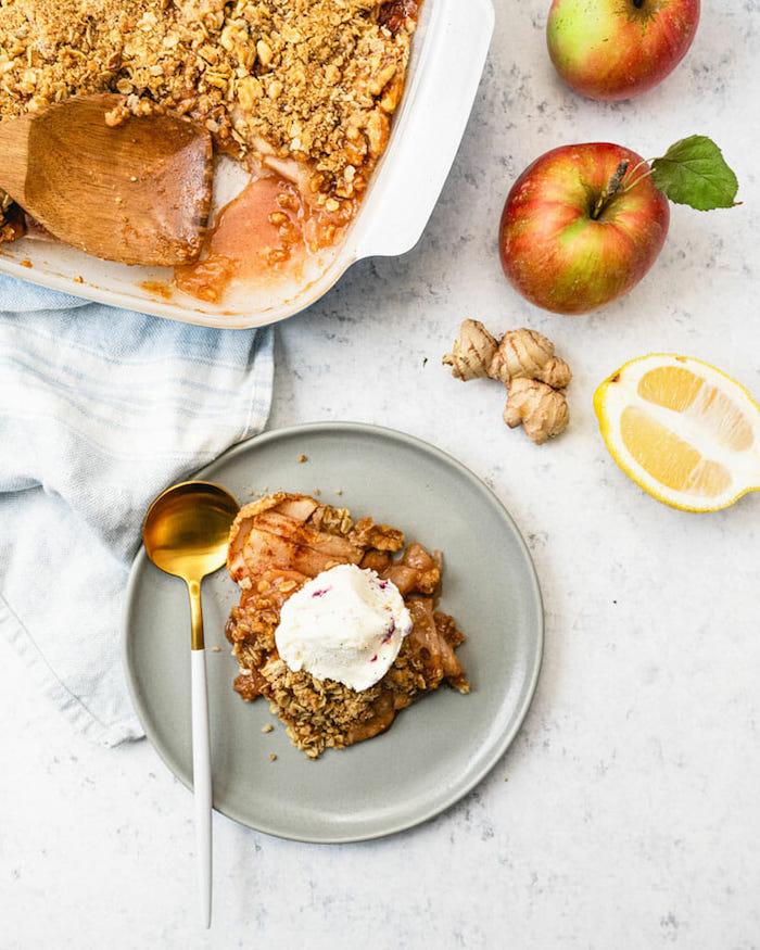 apple crumble rezept ein graier teller mit löffel und honig zutaten für apple crumble rezept grüne äpfel zitrone