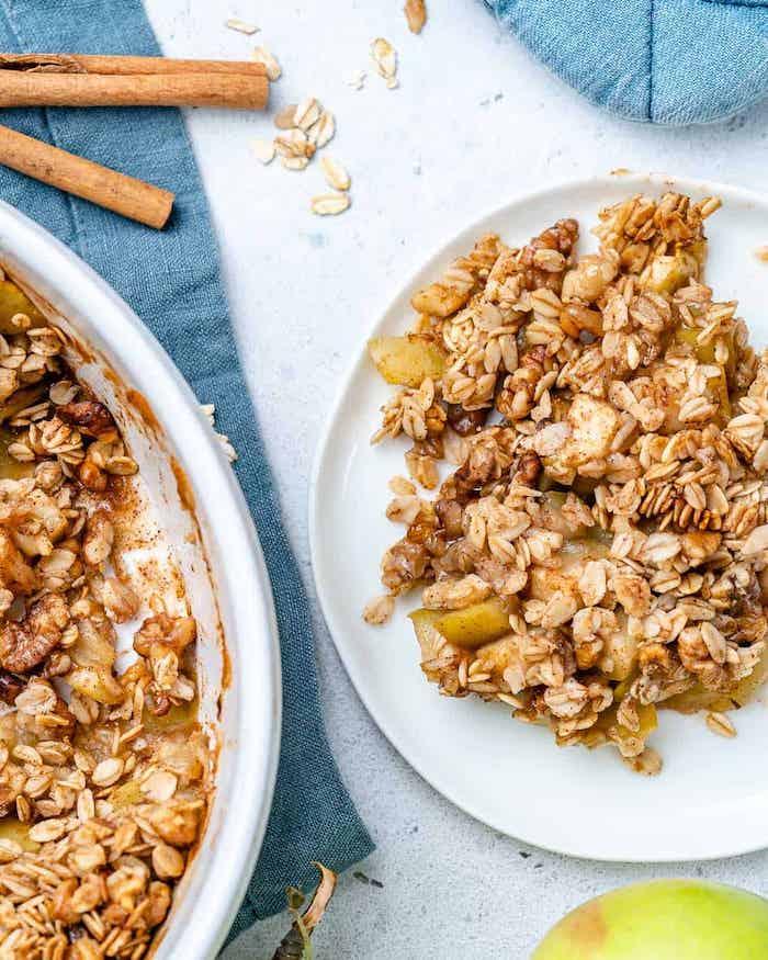 apple crumble rezept ein tisch mitdecke weißer teler mit apfel und apple crumble rezept