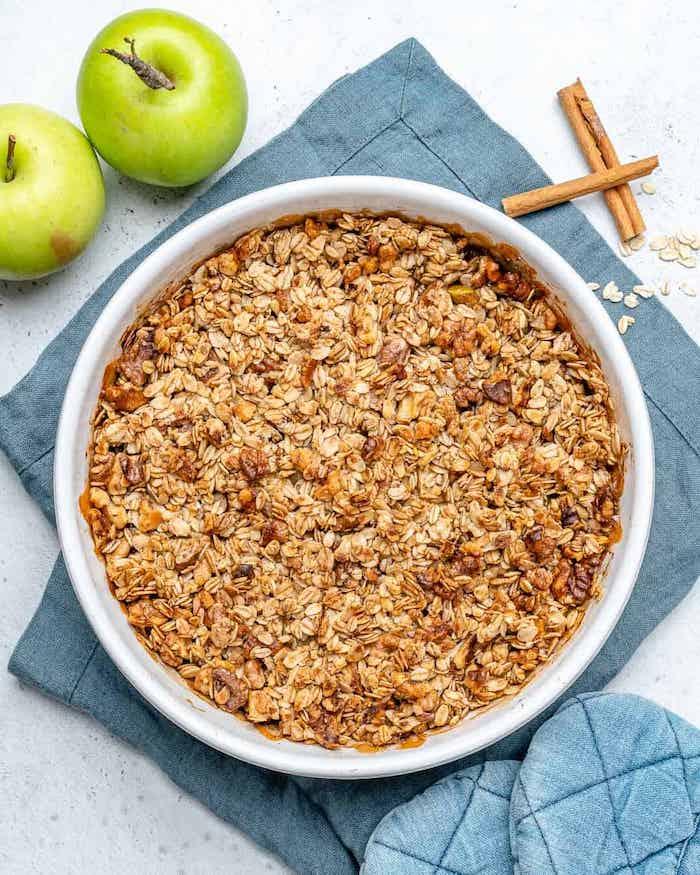 apple crumble rezept eine schale mit apple crumble die zutaten zimt grüne äpfel