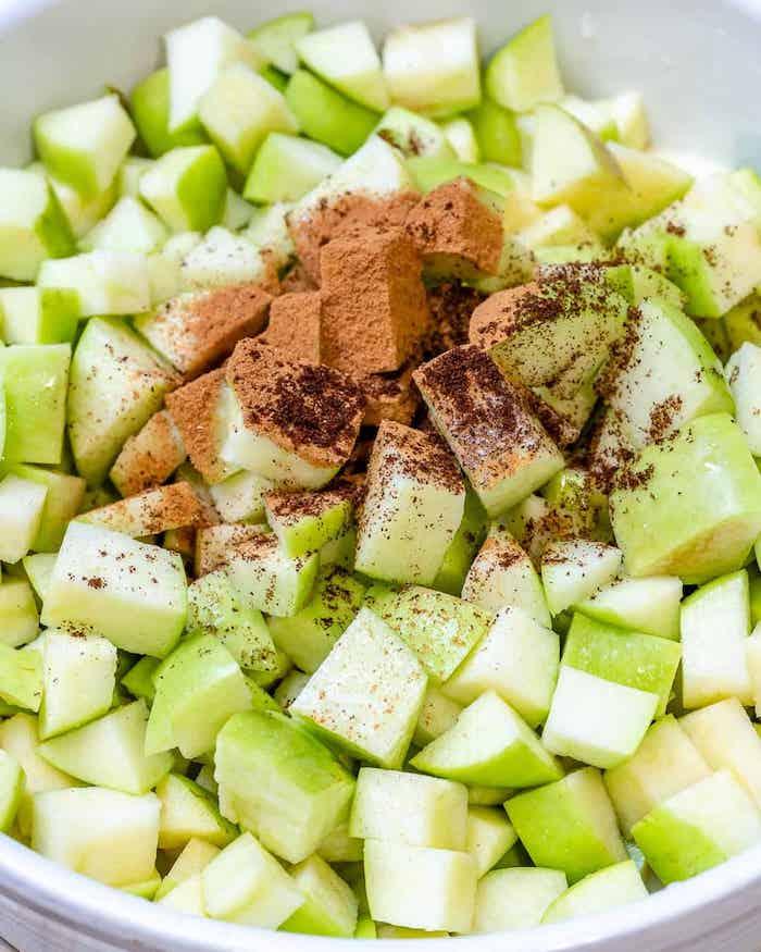apple crumble rezept eine schale mit geschnittenen grünen äpfeln und zimt
