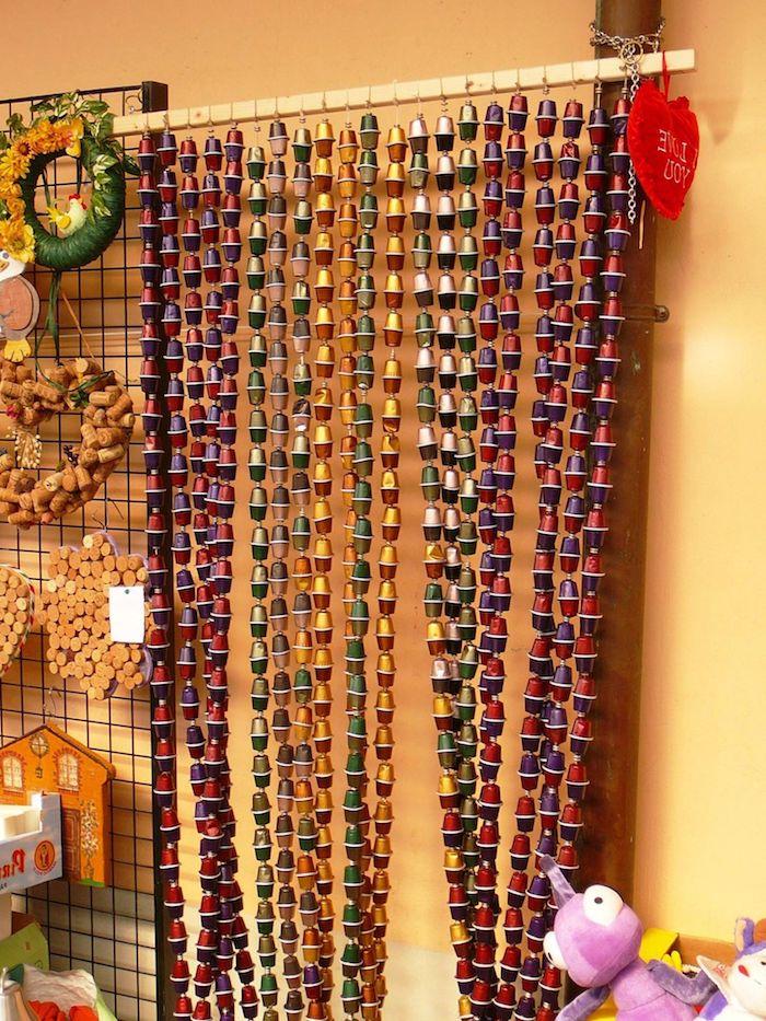 aus alt mach neu ein langer vorhang aus verschiedenen gelben grünen und roten kaffeekapseln bastelideen für erwachsene