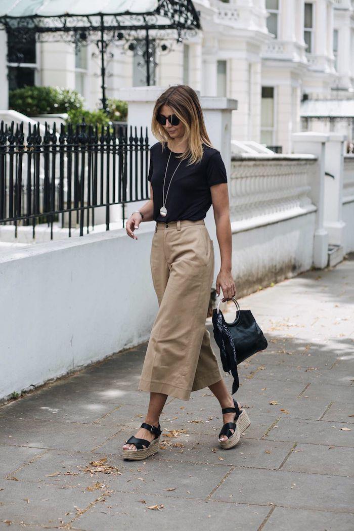 beige hose kombinieren schwarzes t shirt espadrillen casual chic outfit beige hose kombinieren culottes hose frau mit blonden haaren mini tasche