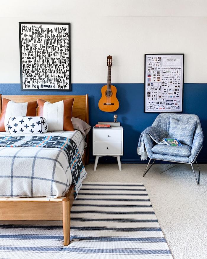 blau weiße wand große bilder an die wand aufgehängte gitarre jugendzimmer ideen jungs maritime dekoration inspiration großes bett