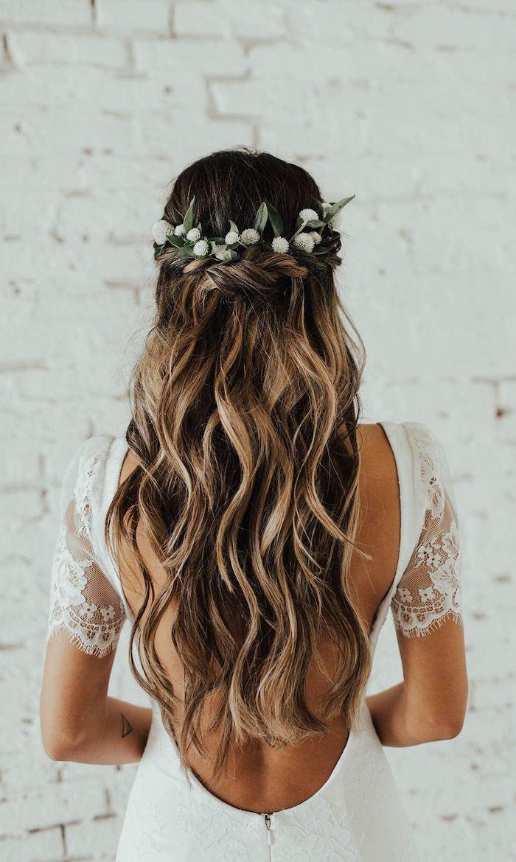 blumenkranz accessoire hochzeitsfrisuren lange haare braune haare mit blonden strähnen rückenloses weißes kleid mit kurzen ärmeln elegante hochzeit
