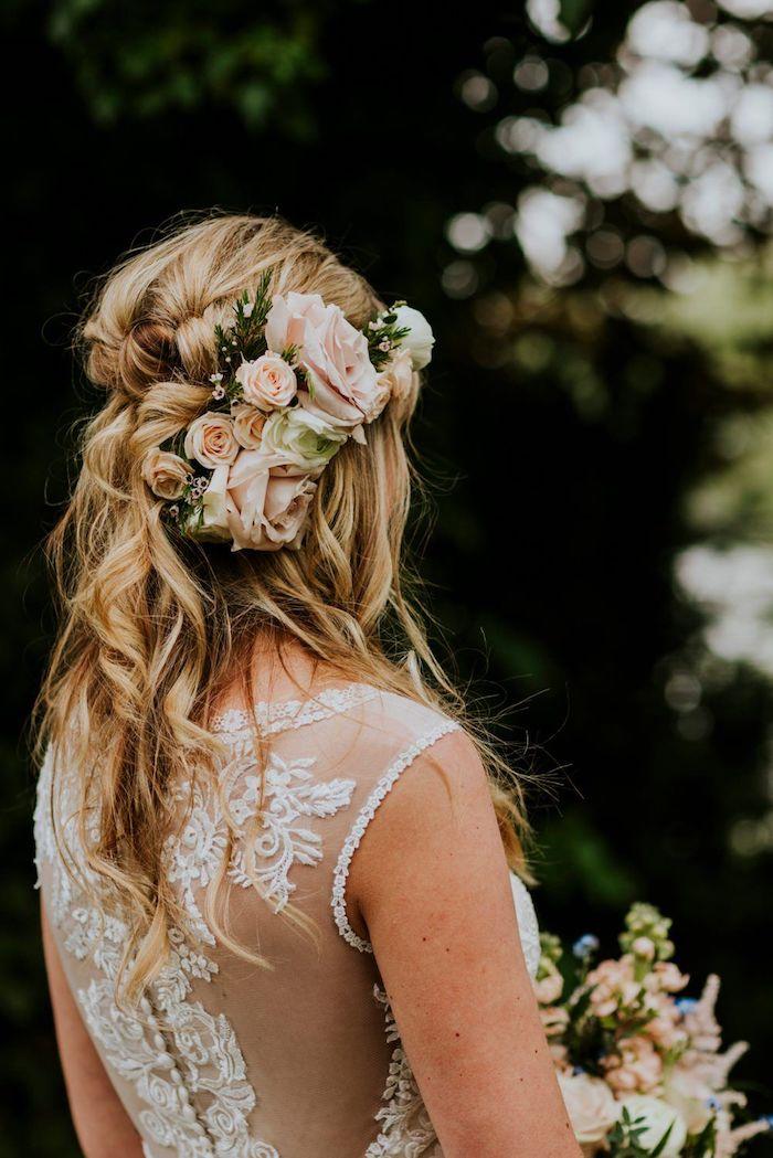 blumenkranz mit rosa blumen accessoires im haar weißes kleid mit spitze mittellange blonde haare mit leichten wellen hochsteckfrisuren lange haare