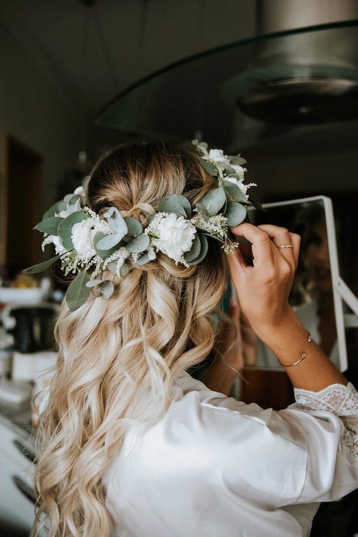 blumenkranz mit weißen blumen und grünen blättern haaraccessoires brautfrisuren 2020 ideen blonde gewellte haare hochzeitsfrisuren braut elegant