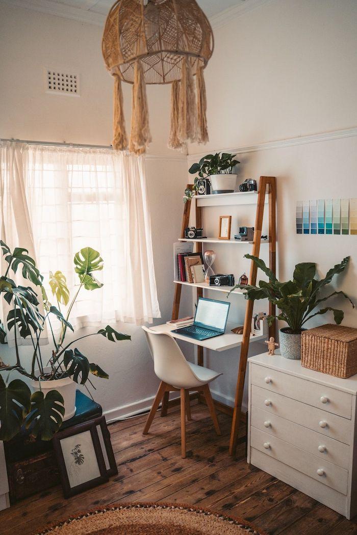 bodenbeleg holz kleiner weißer schrank dekoration grüne pflanzen jugendzimmer ideen jungs schreibtisch aus holz weißer stuhl