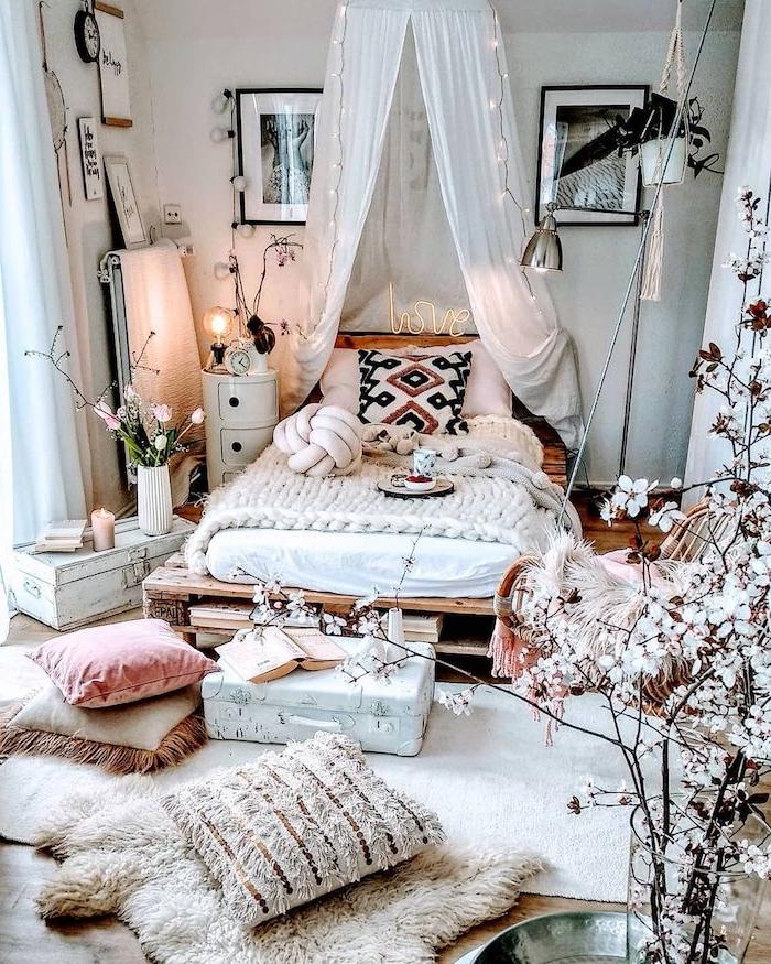 boho chic einrichtung teenager zimmer mädchen deko baum weiße blume flauschige kissen bett aus palette mit baldachin schwarz weiße fotos wandgestaltung