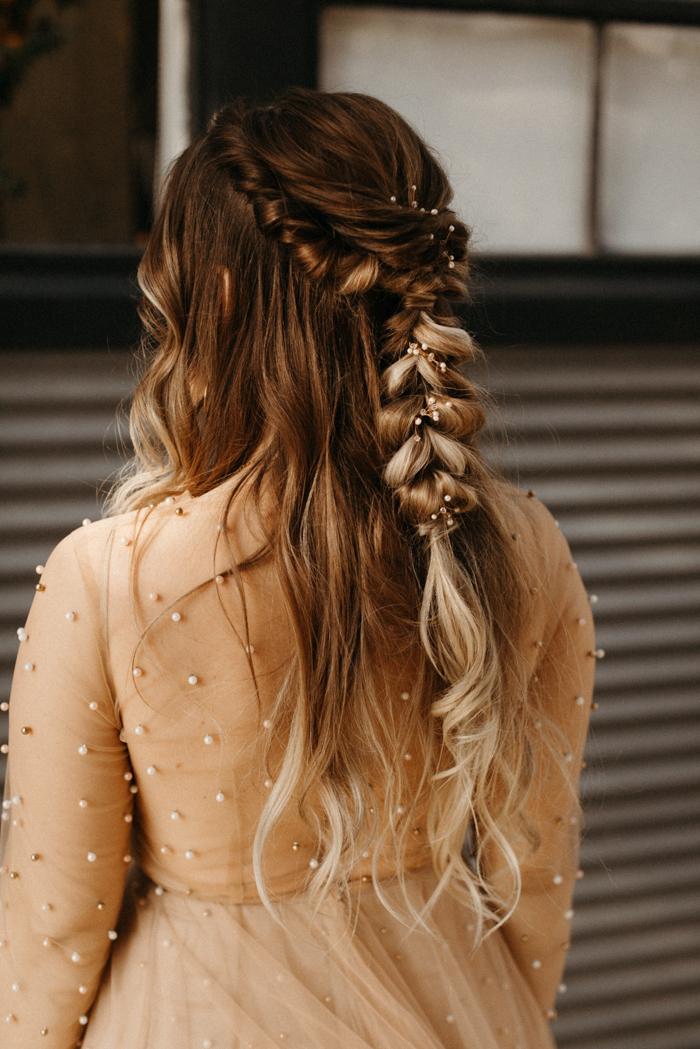 boho chic hochzeit cremefarbenes kleid mit perlen braune haare mit blonden strähnen flechtfrisuren lange haare brautfrisur halboffen mit wellen