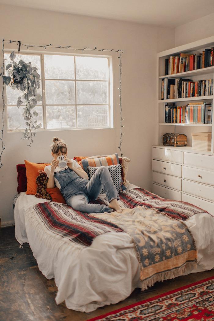 boho chic jugendzimmer ideen für kleine Räume roter teppich hängende grüne pflanze großes bücherregal ideen für einrichtung von teenager zimmer kleine lichterkette an die wand