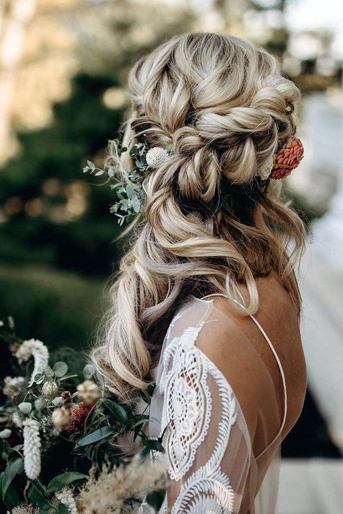 boho chic style hochzeitsfrisuren lange haare geflochten mit blumen im haar weißes kleid mit spitze hochzeit inspiration
