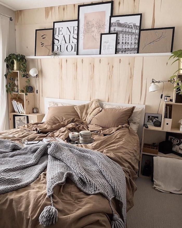 braune farbtöne einrichtung schlafzimmer teenager wandgestaltung jugendzimmer minimalistische bilder mit schwarzem rahmen offene schränke und regale graue decke