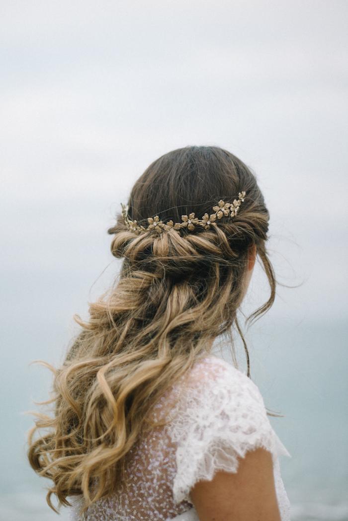 braune haare mit blonden strähnen halboffene frisuren braut hochzeit accessoires im haar elegantes weißes kleid mit ärmeln haarfrisur mit wellen boho chic style