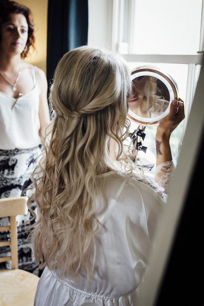 braut mit langen blonden haare mit wellen hochzeitsfrisuren offen halb hoch halb unten mit zopf hochzeit ideen und inspiration