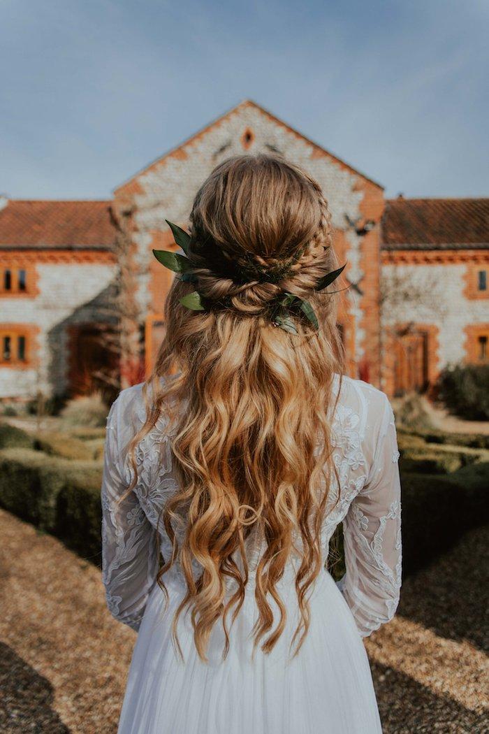 brautfrisuren 2020 inspiration lange blonde haare mit wellen und zopf elegantes weißes kleid brautkleider hochzeit ideen