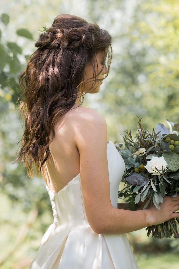 brautfrisuren lange haare dunkelbraun rückenloses hochzeitskleid schöner blumenstrauß braut haarfrisur halb hoch halb unten mit geflochtenem zopf