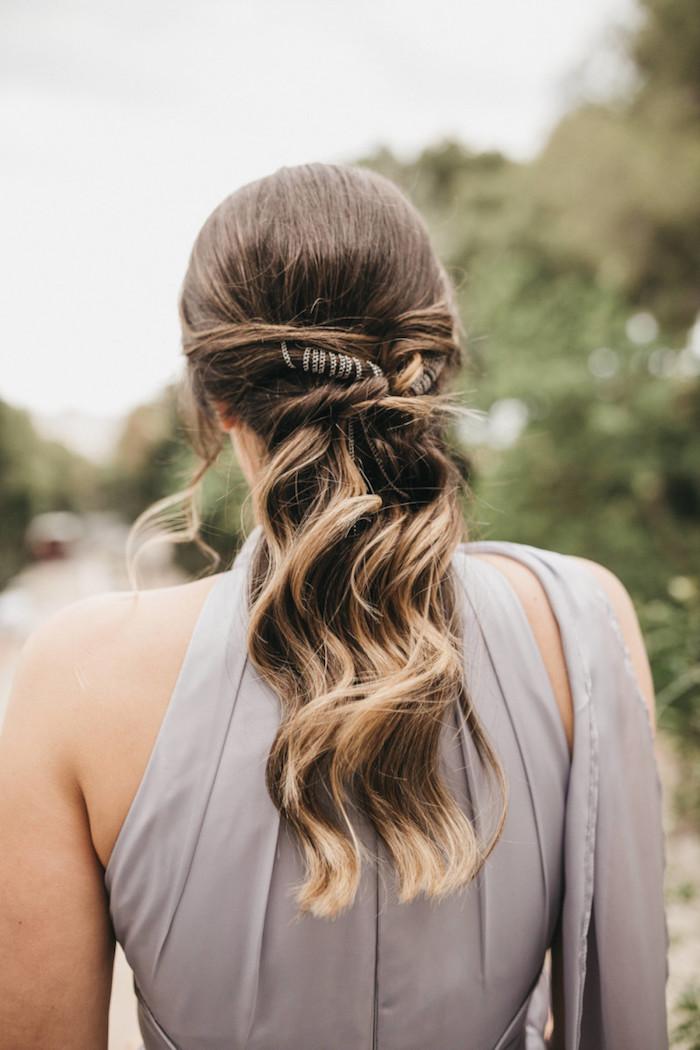 brautjungfer-hochzeitsfrisuren-offen-halb-hoch-halb-unten-braune-haare-mit-blonden-strähnen-accessoires-im-haar-elegantes-kleid-in-grau