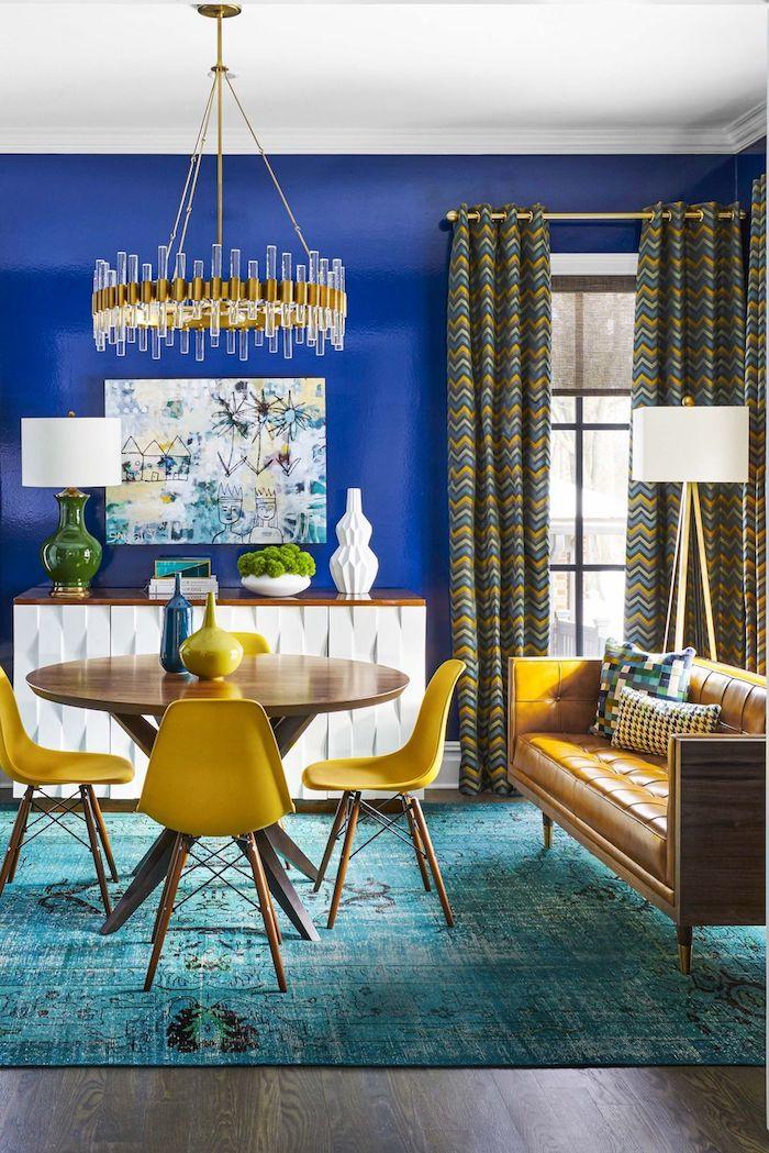 bunte zimemerdeko wände in dunkelblau streichen mit bunten vohängen möbel in gelb undhellbraun wohnzimmer streichen ideen