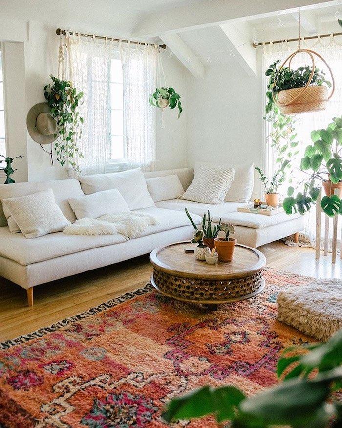 bunter boho teppich weißer ecksofa runder kaffeetisch hängende pflanzen dekoartikel wohnzimmer tumblr zimmer deko inneneinrichtung inspiration böhmischer stil einrichtung wohnung