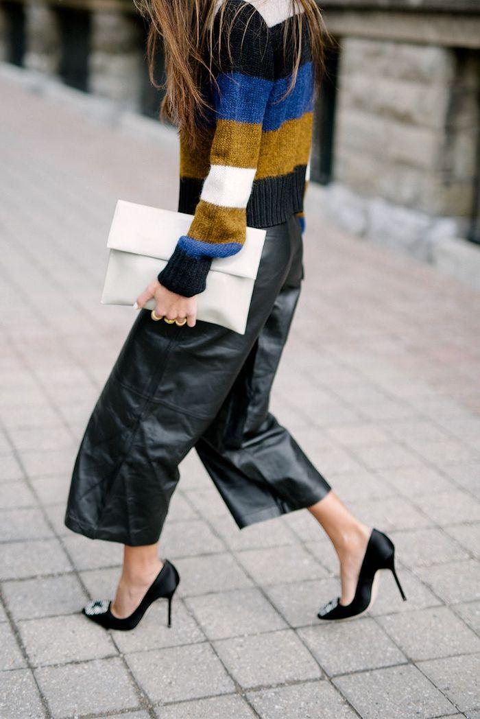 buntes pullover blaue weiße schwarze ocker streifen weißer clutch leder culottes stylisches outfit ideen styling inspiration street style manolo blahnik pumps