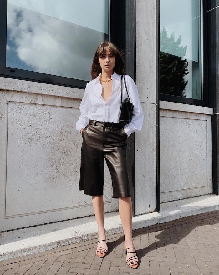 business casual style damen weißes hemd leder culottes sandalen mit kleinem absatz schwarze tasche langhaarfrisuren mit pony fashion inspo