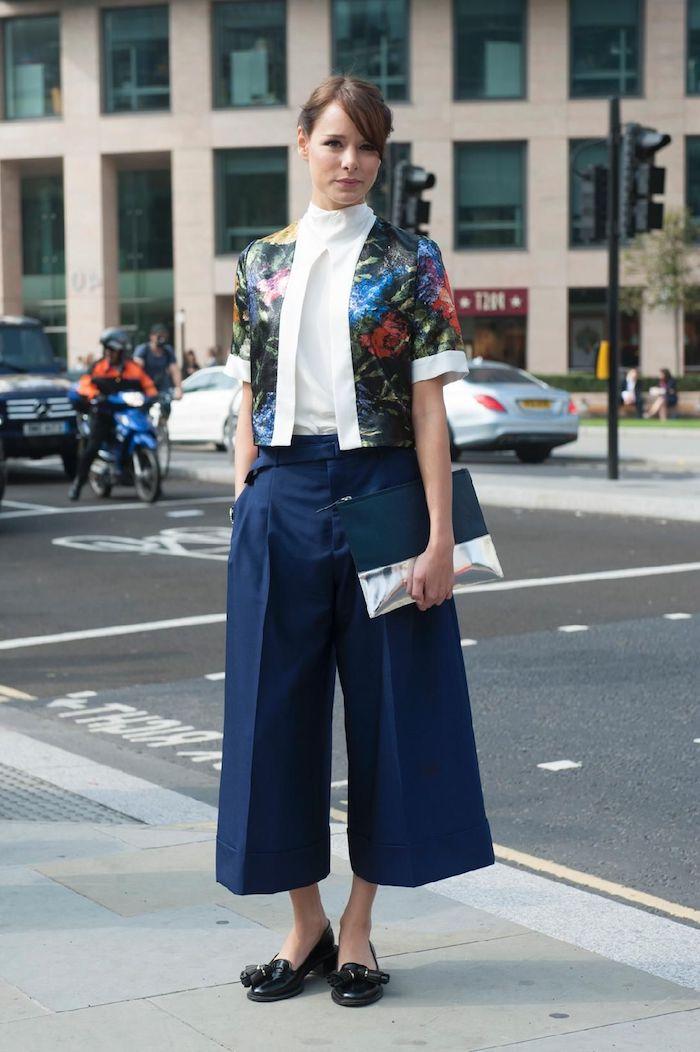 business casual style für dame blaue culotte hose kombinieren kurze bunte jacke mit blumen muster schwarze schuhe elegantes clutch weiße bluse