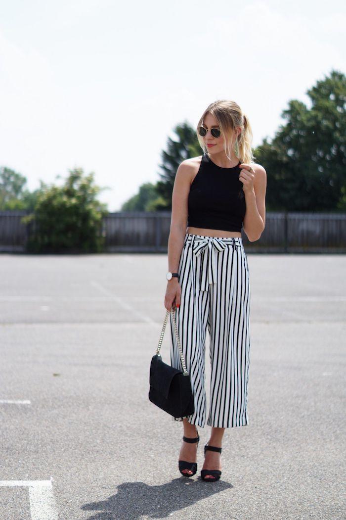 casual chic outfit look inspiration schwarzes crop top culotte gestreift schwarze mini tasche blonde haare