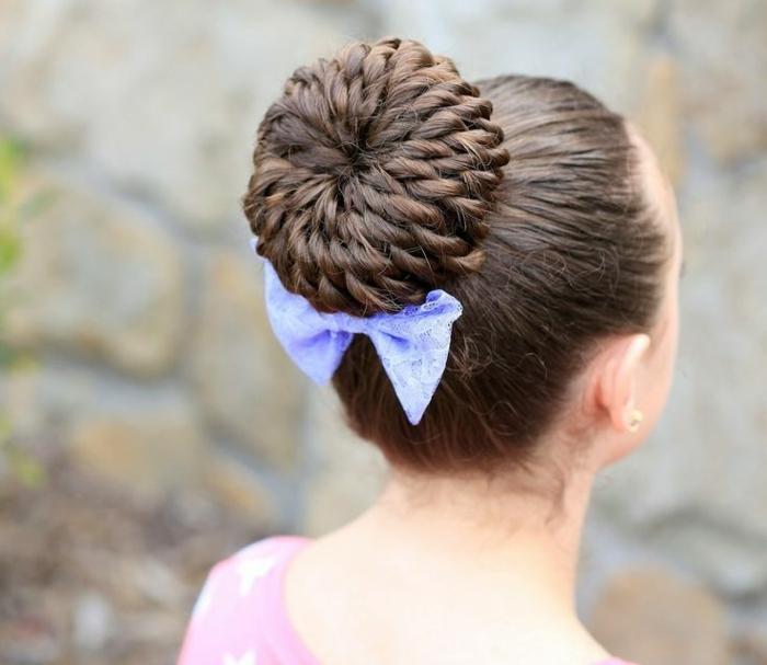coole frisuren für mädchen mädchenfrisuren ideen dutt frisur kinderfrisuren blaue schleife
