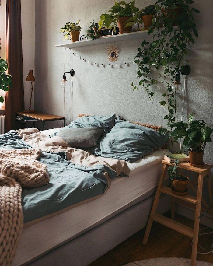 coole inneneinrichtung schlafzimmer jugendzimmer für kleine räume dekoration kletterpflanzen grün rosa bettwäsche industrial chic lampen modernes teenager zimmer