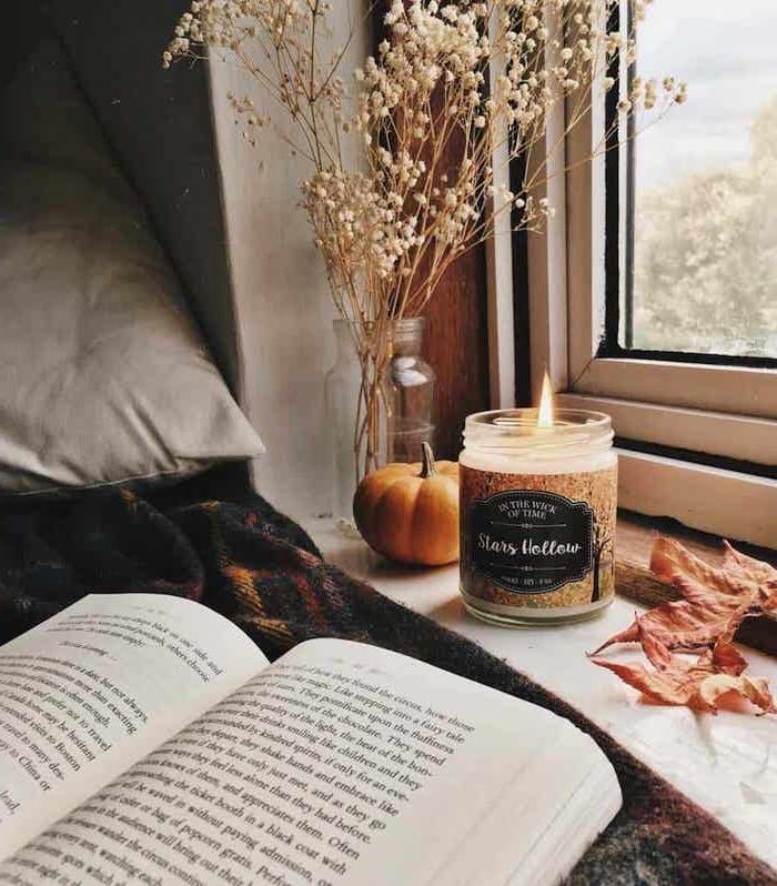 cozy schlafzimmer inspiration tumblr room einrichten angezündete kerze kleiner deko kürbis ideen für moderne inneneinrichtung mädchen schlafzimmer