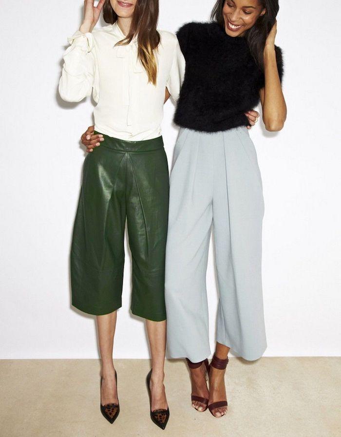 culotte hose kombinieren leder culottes in grün mit weißer bluse lange culottes in blassblau mit schwarzer bluse high heels zwei fraue mit schwarzen und blonden haaren