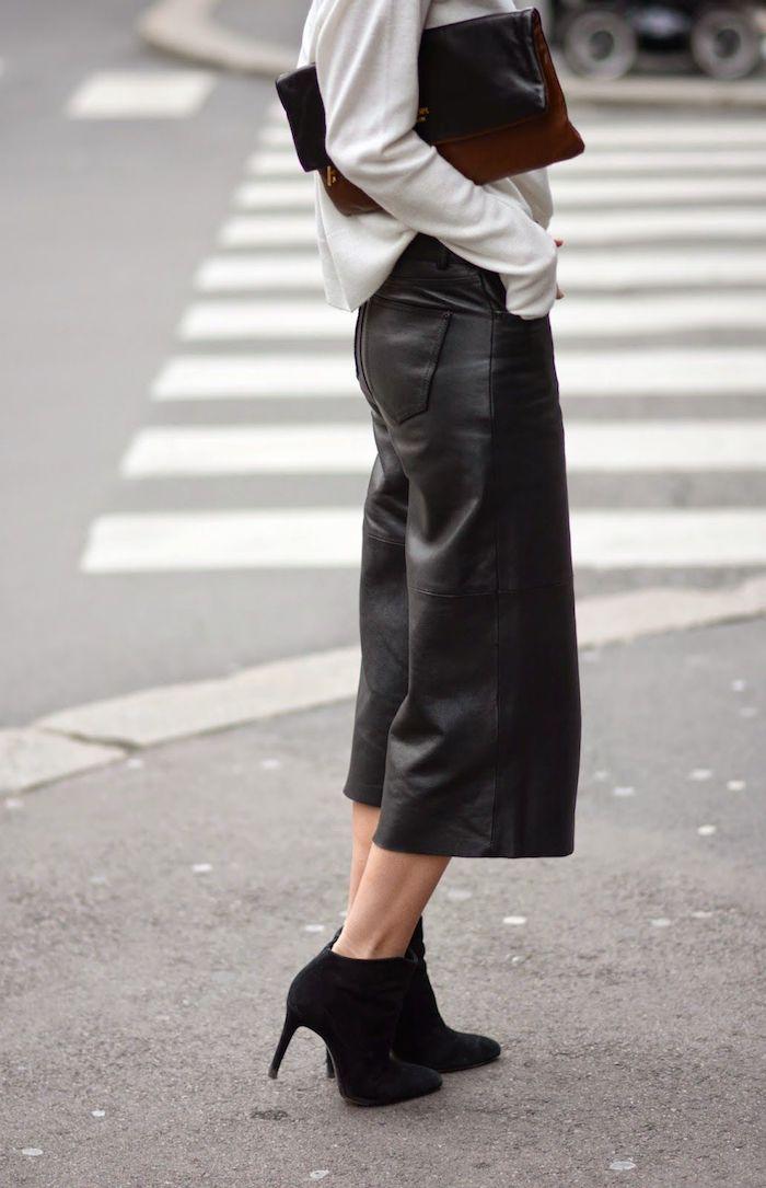 culotte hose kombinieren winter weite lederhose schwrze boots mit absatz weiße bluse elegante clutch styling ideen street style new york modernes elegantes outfit