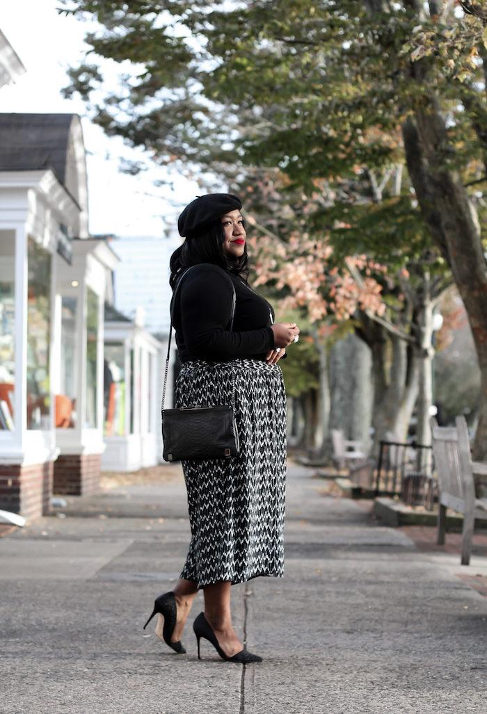 culottes für welche figur schwarz weiße elegante pumps shcwarzer pulli und hut street style inspiration weite hose kombinieren styling ideen