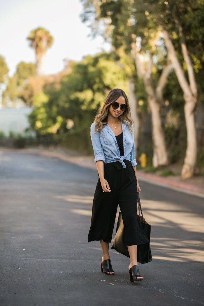 culottes für welche figur schwarze weite mit jeansbluse schuhe mit asbsatz frau mit braunen haaren mit blonden strähnen große tasche runde sonnenbrillen