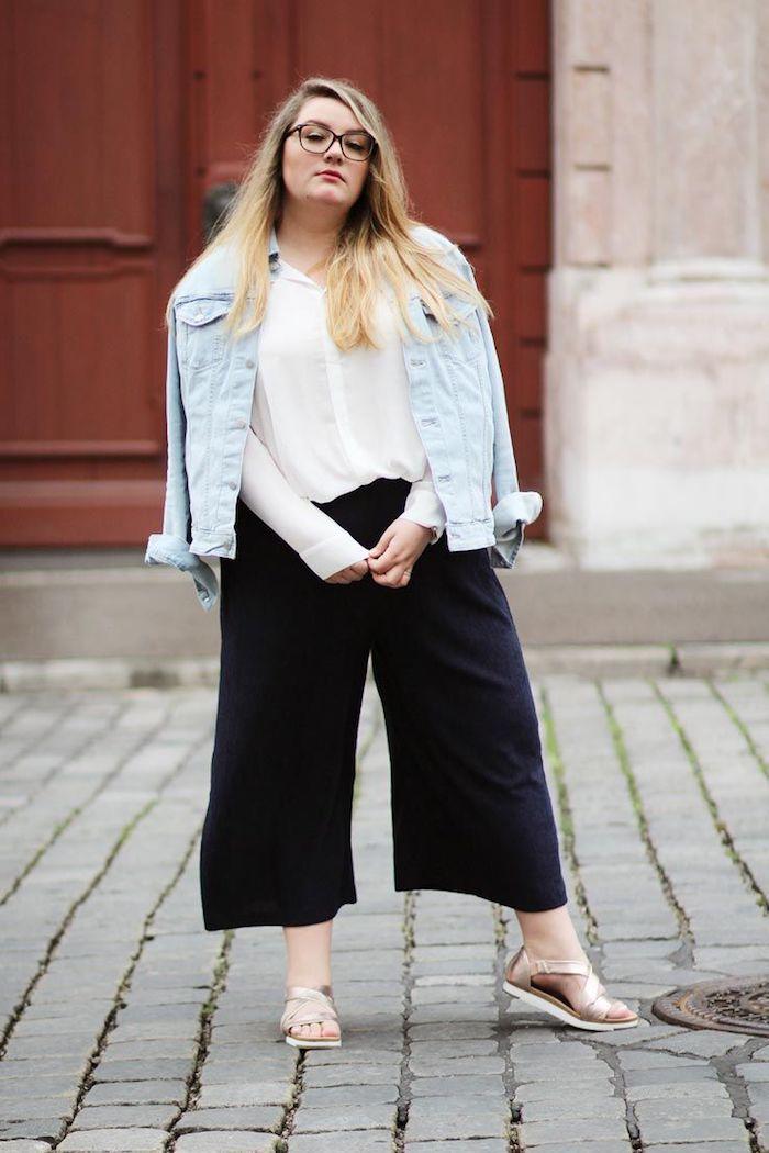 culottes für welche figur weite hosen mollige frauen schwarzer culotte mit weißem hemd und jeans jacke sandalen casual chic outfit ideen