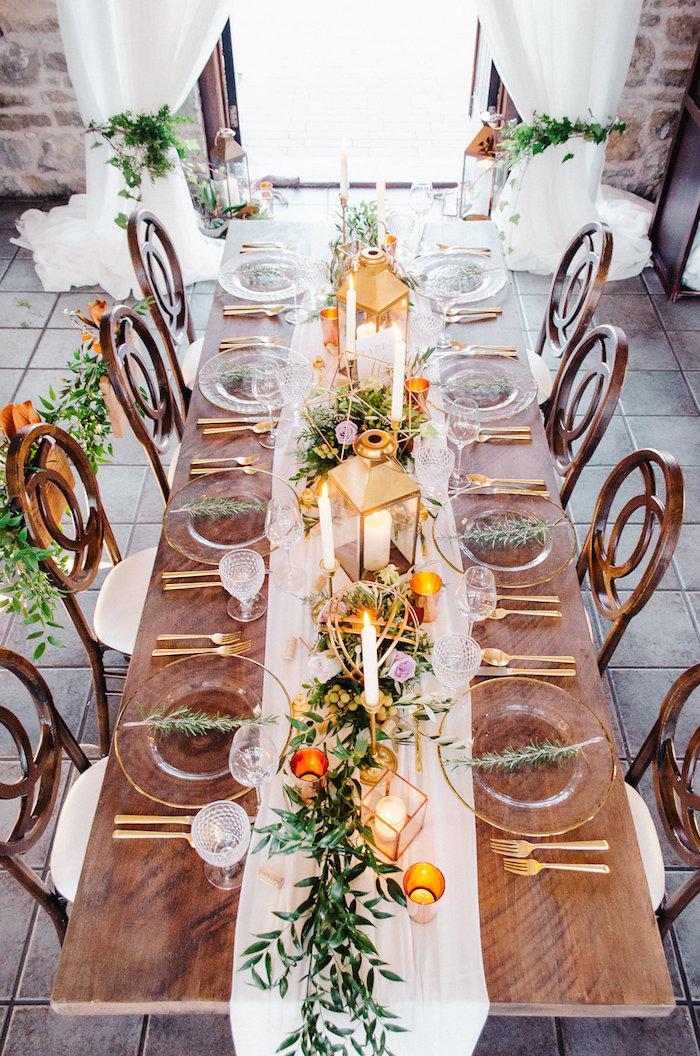 deko für den tisch in gold glass und holz auf einem holztisch und stühle goldhochzeit