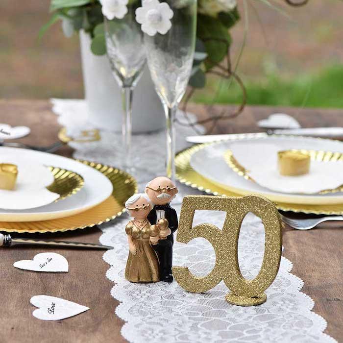 deko zur goldenen hochzeit kleine figuren des ehepaares goldene tabelle mit nummer