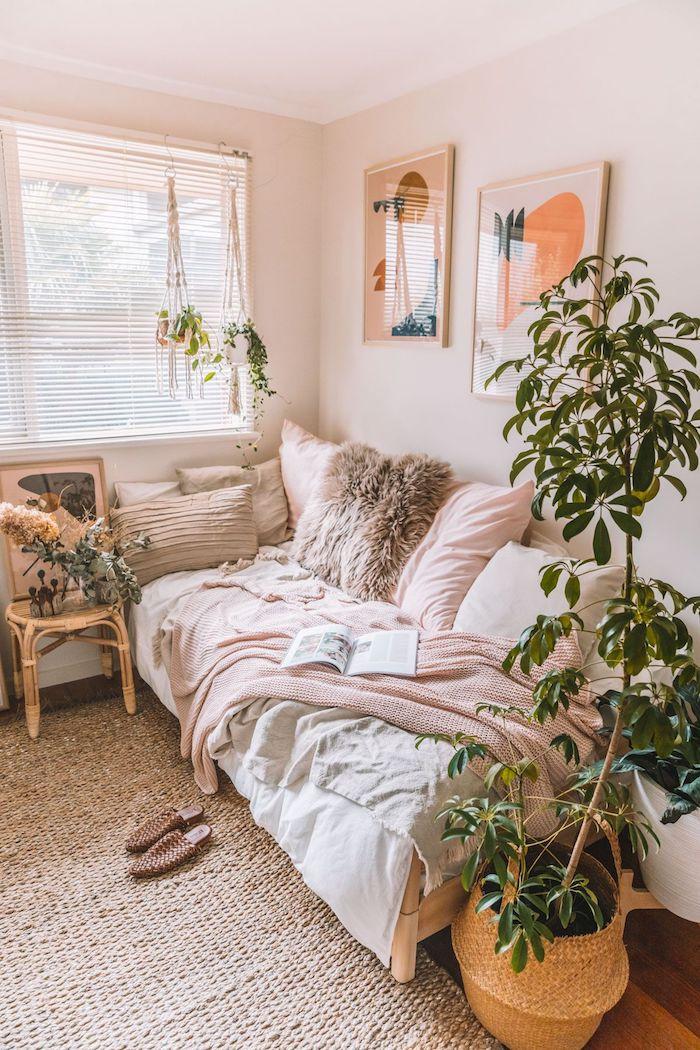 dekoration schlafzimmer pflanze ästhetik neutrale farben blasspinke kissen bilder an die wand kleines bett kleines zimmer einrichten ikea jugendzimmer
