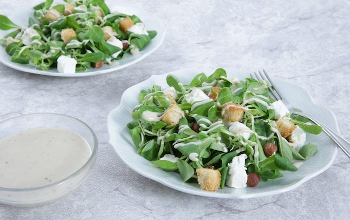 dressing für feldsalat selber machen ein weißer teller mit grünem feldsalat käse brot und feldsalat rezept