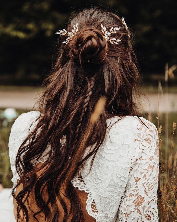 dutt frisuren mit zopf lange braune haare halboffene frisuren hochzeit braut böhmischer stil kleid weiß mit spirte rückenlos accessoires im haar