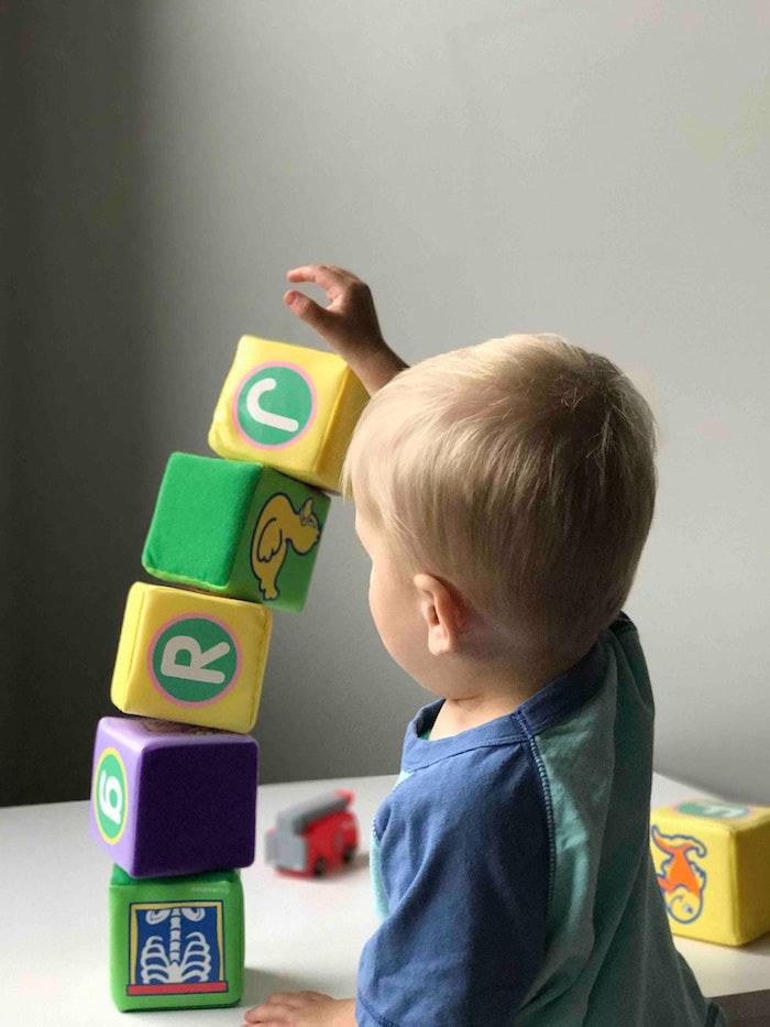 ein kleines kind und spielzeuge auswahl des passenden spielzeugs für ein kind