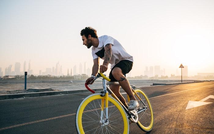 ein mann mit bard und mit fahrrad was kann man heute machen eine stadt die eigene stadt erkunden
