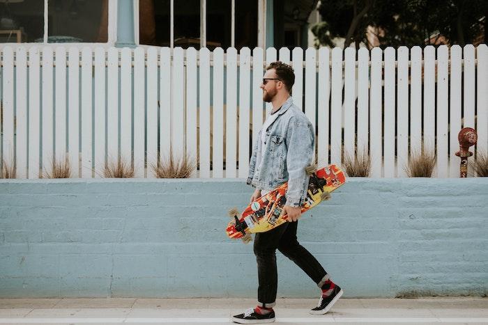 ein mann mit skateboard was kann man heute machen mann mit brilleund jacke ideen für freizeitaktivitäten